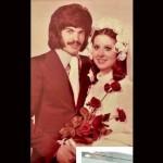 Razzi 'sposino' con baffi e capelli a caschetto: il web ironizza sulle foto in versione 'Beatles'