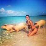 Irina Shayk bagno insieme ai maiali sull'isola di Exuma, Bahamas – FOTO
