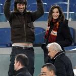 Kim Rossi Stuart tifoso doc, allo stadio  con Ilaria: mini strip al gol della Roma