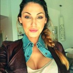 Anna Tatangelo, su Twitter spopolano i selfie supersexy in decolletè